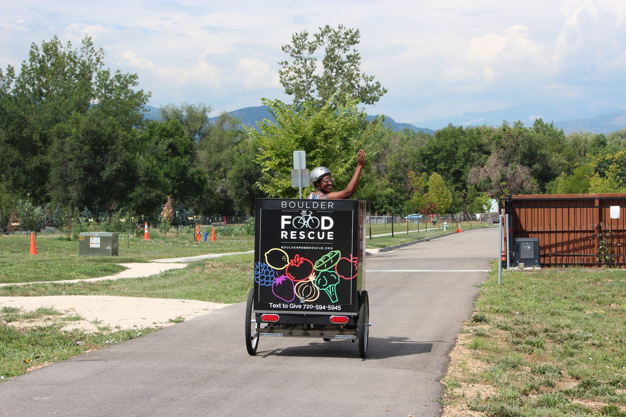 Electric bicycle trailer redistributing fresh food